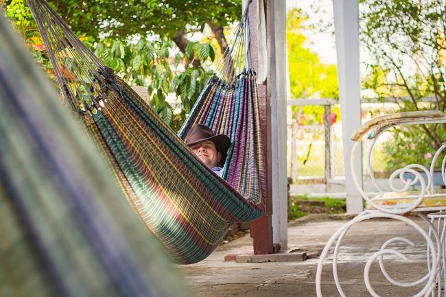 siesta en una hamaca colgante de tela barata