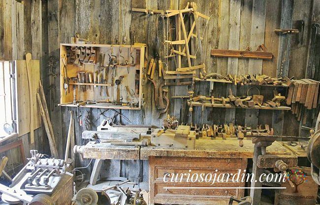 interior caseta de jardín con herramientas